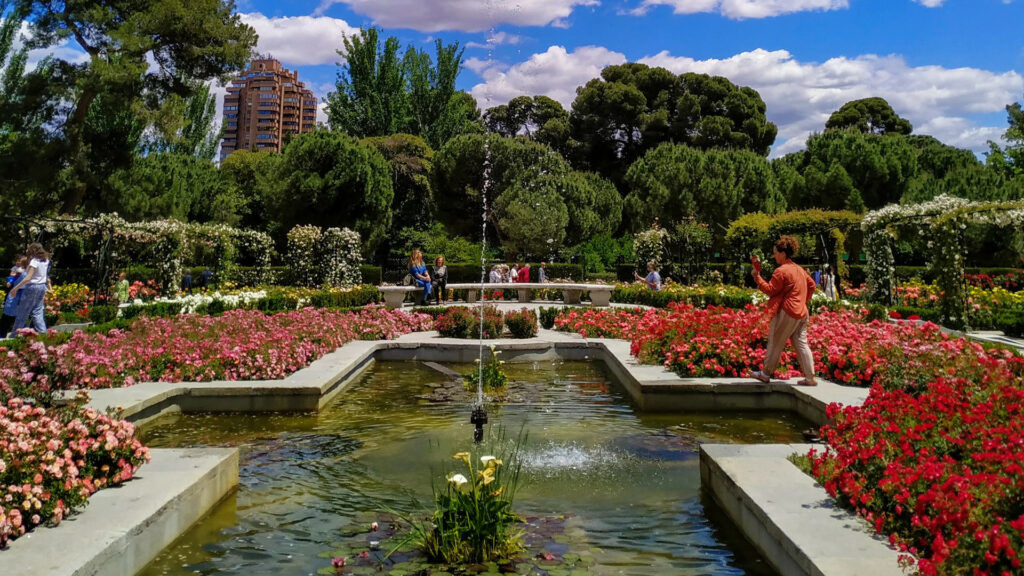 people in garden (Parque de El Retiro, Madrid, Spain)